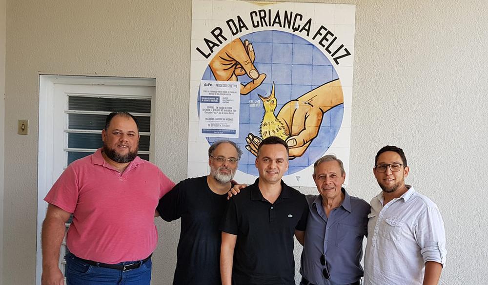 Parceria fidelizada entre o IHRS e o Lar da Criança Feliz de Taboão da Serra. (Da esquerda para a direita: Ailton Souza, Joaquim Modesto, Aleksandro Alencar, Gianfranco Galizia e Diogo Bergmann).